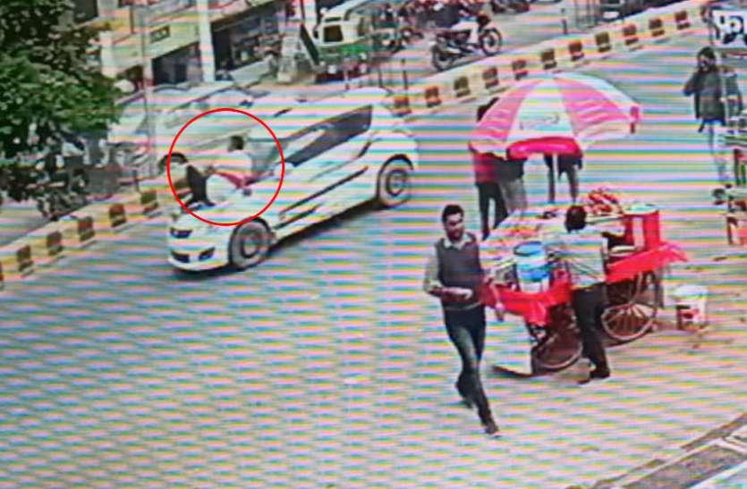 सपा नेता की दबंगई, पैसे मांगने पर गैराज मालिक को कार के बोनेट पर बैठाकर दौड़ाई कार, LIVE वीडियो हुआ वायरल