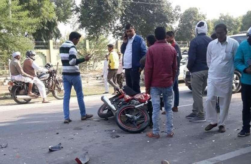ट्रोले की टक्कर से बाइक सवार दो व्यक्तियों की मौत, दो महिलाएं घायल