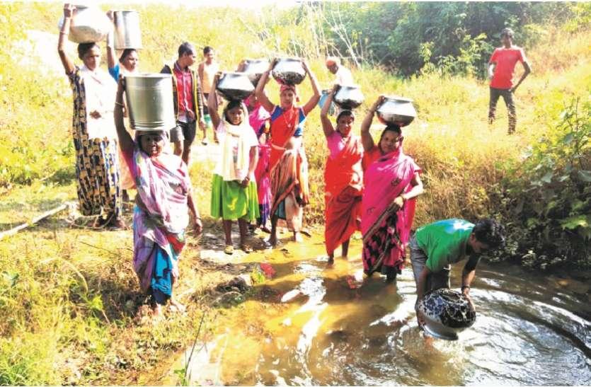 विडंबना: अंबिकापुर शहर से मात्र 3 किमी दूर गांव के लोग आज भी ढोढ़ी का पानी पीने मजबूर