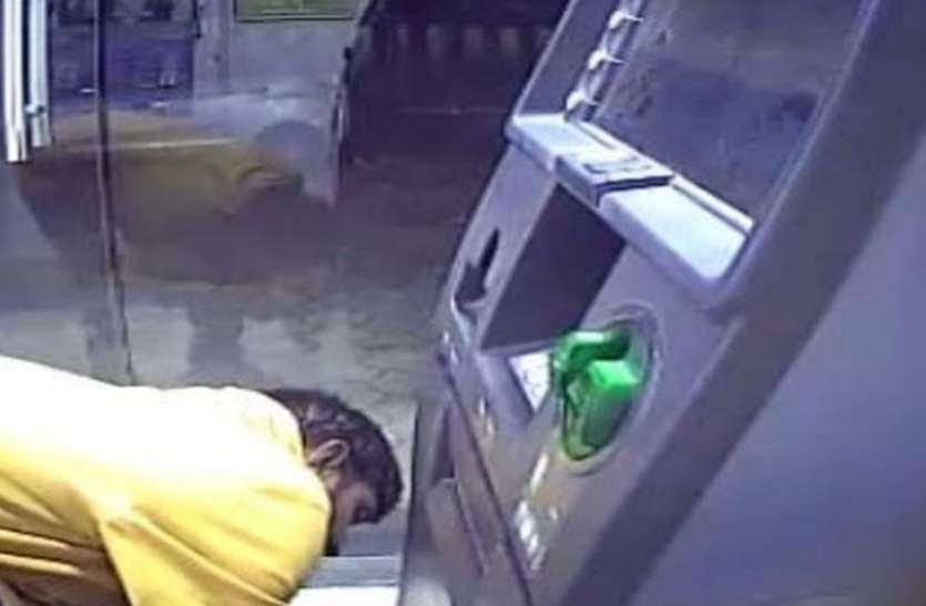 VIDEO : इंदौर के केसर बाग रोड पर बदमाश ने तोड़ा एटीएम, सीसीटीवी में कैद हुई वारदात
