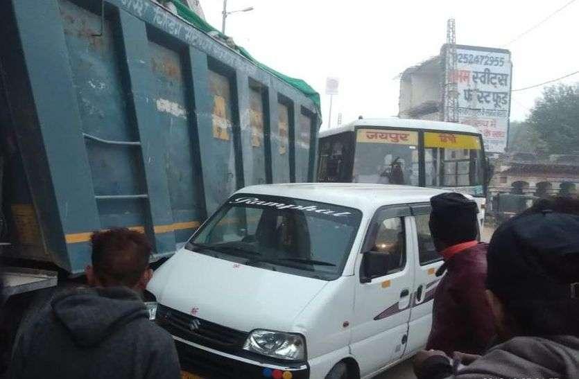 गाड़ी टकराने पर ट्रक चालक को पीटा