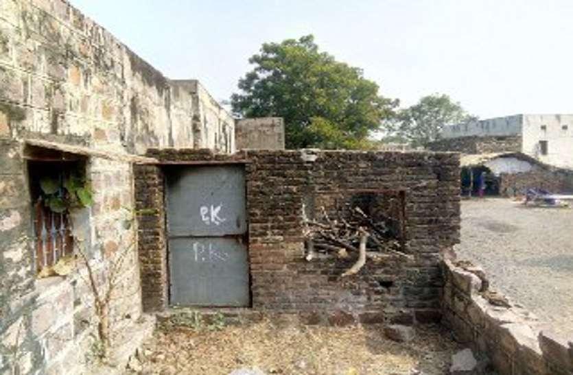 आंख से अंधा नाम नयनसुख, कागजों में उत्कृष्ट स्कूल, मौके पर छत तक नहीं, छह कमरों में लगती हैं आठ कक्षाएं
