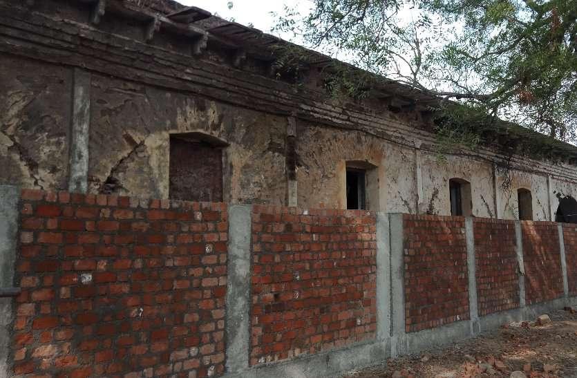 200 साल पुराने बग्गी खाना में बना दी नई बाउंड्रीवॉल, खत्म हो रही धरोहर