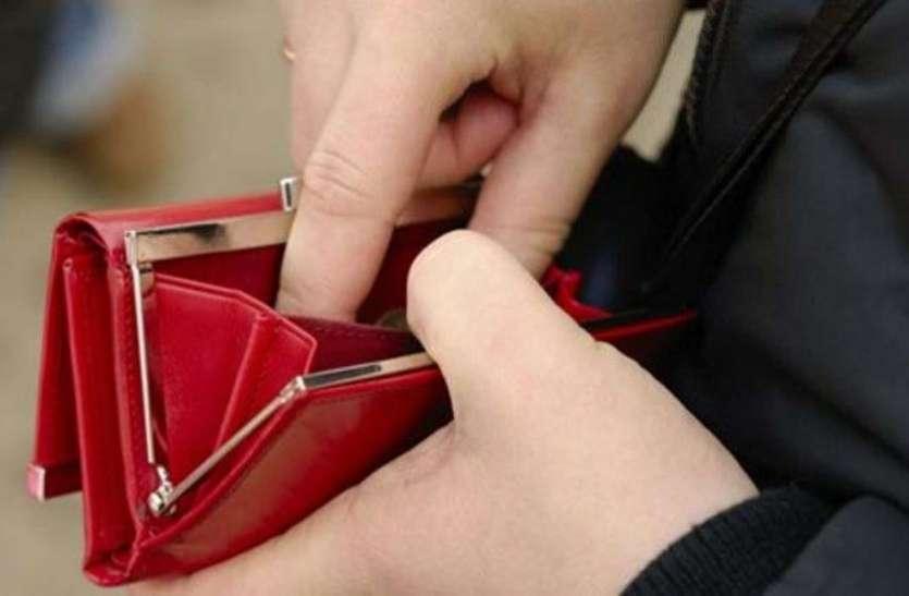 आज ही पर्स में रखें ये चीज, कभी नहीं होगी पैसों की कमी
