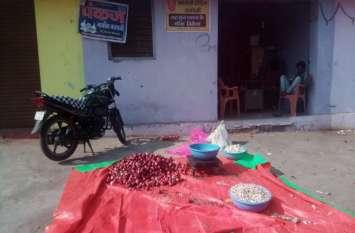 रतलाम मंडी में सरकारी बिक्री केंद्र के हटाए बोर्ड, एक दुकान बंद