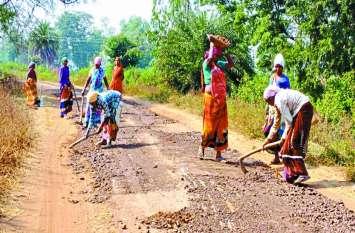 ग्रामीण क्षेत्रों की सड़कों का बुरा हाल, मरम्मत के नाम पर की जा रही खानापूर्ति