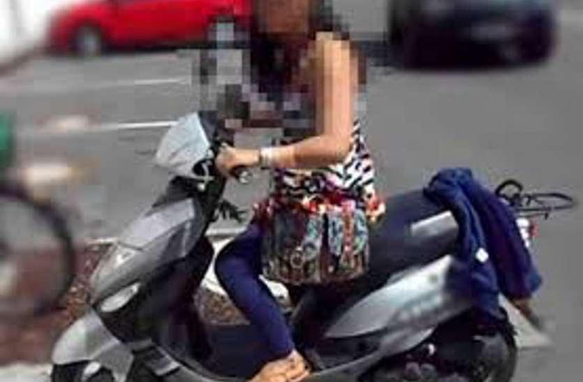 स्कूटी की स्पीड धीमी कर युवती मोबाइल पर कर रही थी बात, पीछे से बाइक सवार 3 युवकों ने दिया इस वारदात को अंजाम