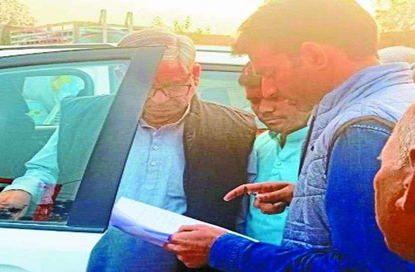 युवाओं ने रोकी विधायक की गाड़ी