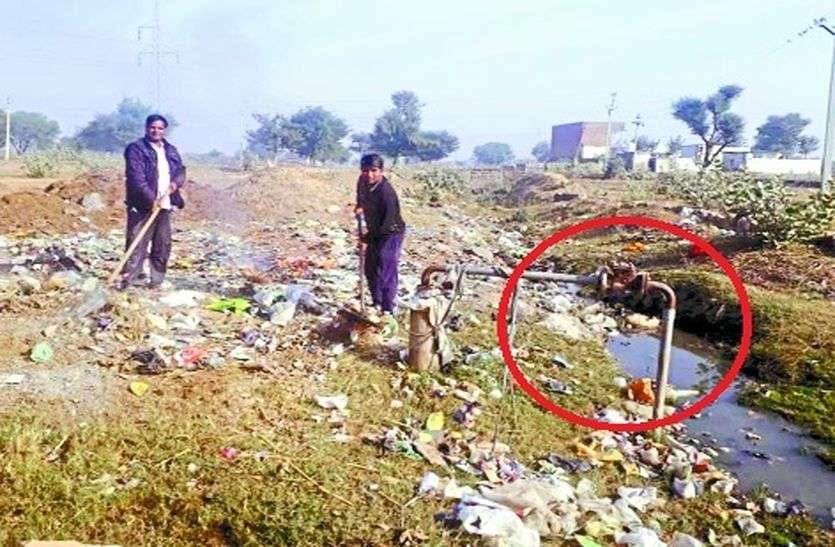 इस गांव में गंदा पानी पीने को मजबूर है लोग...देखे तस्वीर