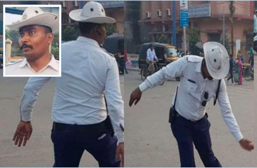 टैफिक कंट्रोल का नया अंदाज : सिपाही मोहसिन शेख डांस स्टेप्स कर नियंत्रित करता हैं यातायात, सोशल मीडिया पर हो रहा वायरल