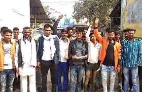 बिजली की मांग को लेकर किसानों ने किया प्रदर्शन
