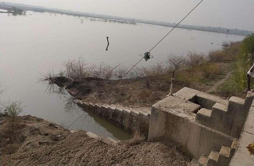 घारेड़ा बांध की मोरी में मिट्टी डा़ल रोका पानी, सिंचाई के लिए नहर में पानी हुआ बंद