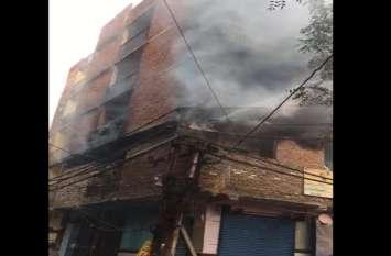 दिल्ली के बाद अब गाजियाबाद में 5 मंजिला इमात में लगी आग, मची भगदड़- देखें वीडियो