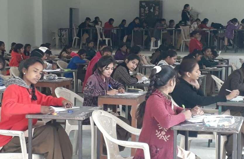 अद्र्धवार्षिक परीक्षाएं शुरू, पहला पर्चा हुआ अंग्रेजी का