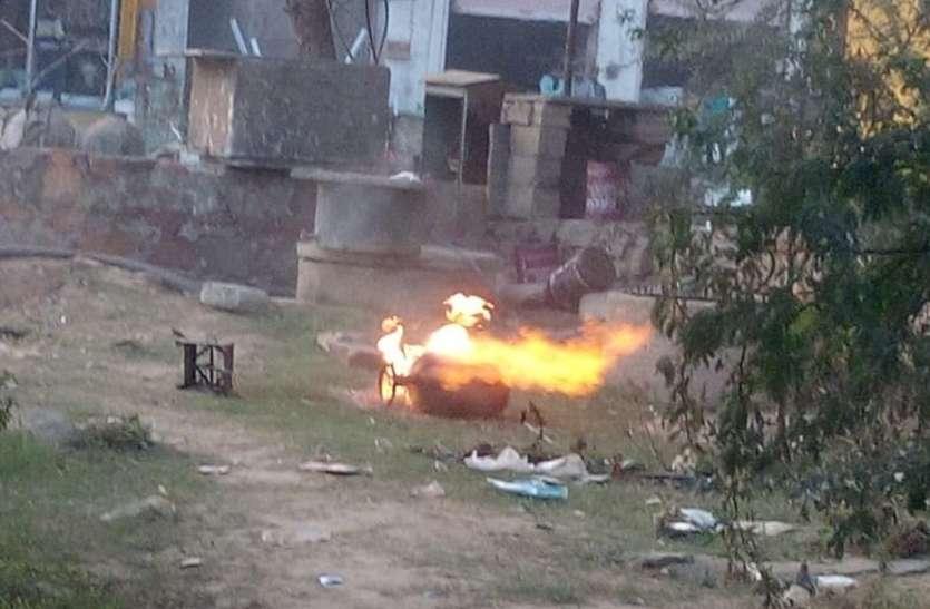 रिसाव से गैस सिलेंडरों ने पकड़ी आग