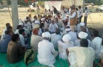 किसान इसलिए अधिकारियों के खिलाफ दे रहे धरना