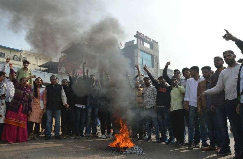 पानीपत फिल्म के विरोध में सड़क पर जाट सहित उतरा सर्व समाज, टायर जलाकर जताया आक्रोश