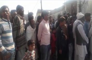 4 महीने बाद युवती का शव कब्र से निकाला गया बाहर, देखने के लिए जुटी भीड़
