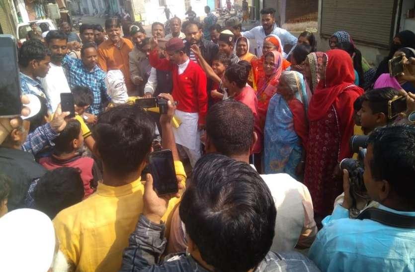 समस्याओं से आक्रोशित रहवासियों ने नपा के खिलाफ किया प्रदर्शन