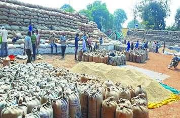 जिले के कई धान खरीदी केंद्रों में जमकर हंगामा, अधिकारियों के मनाने से भी नहीं माने किसान