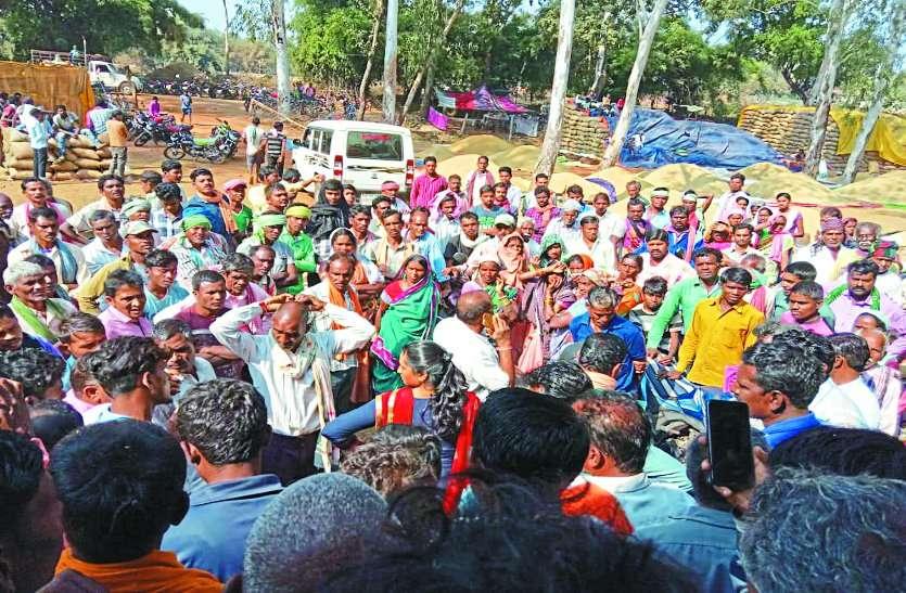 एसडीएम व तहसीलदार के सामने किसानों ने किया विरोध प्रदर्शन, समझाइश का नहीं हुआ असर
