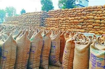 किसानों ने धान खरीदी केंद्रों में मचाया हंगामा दोपहर के बाद शुरू हुई तौलाई