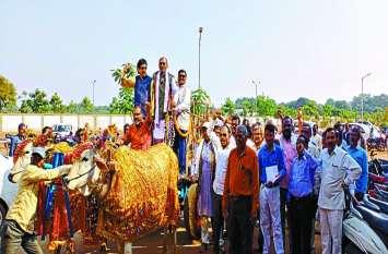 बैलगाड़ी पर सवार होकर कलेक्टोरेट के दरवाजे के सामने बैठ समिति प्रबंधकों और किसानों ने किया प्रदर्शन