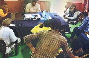 महवा चेयरमैन नर्बदा देवी की शिकायत, सीट पर बैठकर बेटा कर रहा दस्तावेजों पर हस्ताक्षर