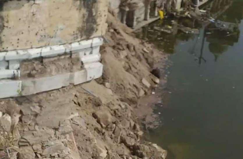 बाघेला तालाब की क्षतिग्रस्त पाल का हिस्सा ढहा