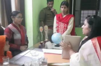 Rampur: राज्य महिला आयोग की उपाध्यक्ष ने एकाउंटेंट के सामने जोड़े हाथ- देखें Video