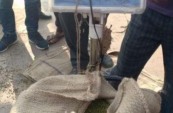 मूंग खरीद के टोकन जारी को लेकर पहुंचे किसान