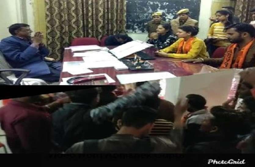 छात्र संघ अध्य्क्ष के शपथ ग्रहण में वक्ता को रोकना पड़ा भारी,मचा बवाल,छात्रों ने कुर्सियां तोड़ी,विरोध में उतरा एबीवीपी छात्र संगठन