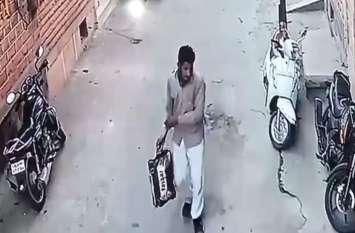 बाइक खड़ी कर घर में जाते ही चोर चुरा ले गया
