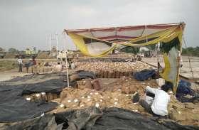 परिवहन नहीं होने से हजारों क्विंटल धान खुले मैदान में