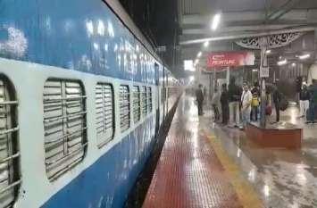 ओएचई वायर टूटने से साढ़े तीन घंटे तक ठप रहा रेल परिचालन, ठंडी हवाओं के साथ हो रही बारिश से परेशान रहे यात्री