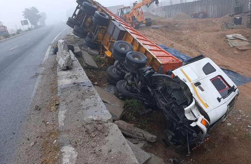 Road accident: कोहरे का कहर, NH8 हाईवे पर पुलिया से नीचे गिरा ट्रेलर