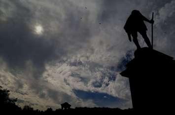 उदयपुर में शुक्रवार को बादलों से चढ़ा दिन का पारा, चलने लगी ठंडी हवाएं...देखें तस्वीरें