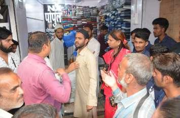 रुपए लेने का आरोप लगाने वाले के यहां निगम चला रहा था बुलडोजर, इधर दूसरा व्यापारी बोला- 100-200 रुपए तो दूर एक चाय में बिक जाते हैं आपके कर्मचारी
