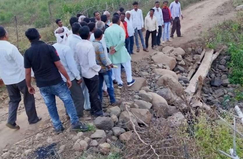 जर्जर सड़कों पर जनप्रतिनिधियों को पैदल घुमवाया ग्रामीणों ने