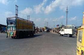 सड़कों तक पहुंची दुकानें दे रही दुर्घटनाओं को न्यौता