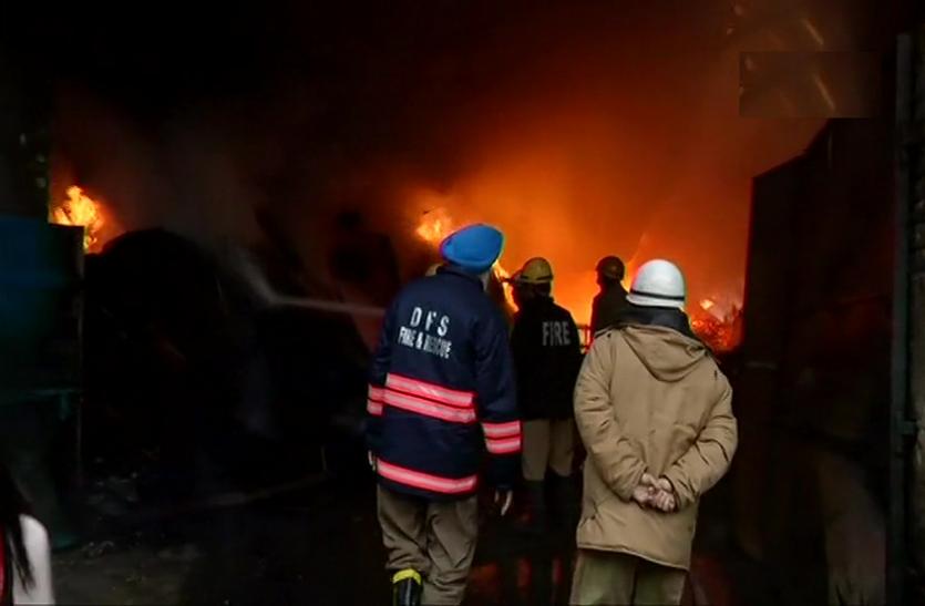 दिल्ली: मुंडका इलाके में लकड़ी के गोदाम में लगी आग, दमकल की 21 गाड़ियां पहुंची