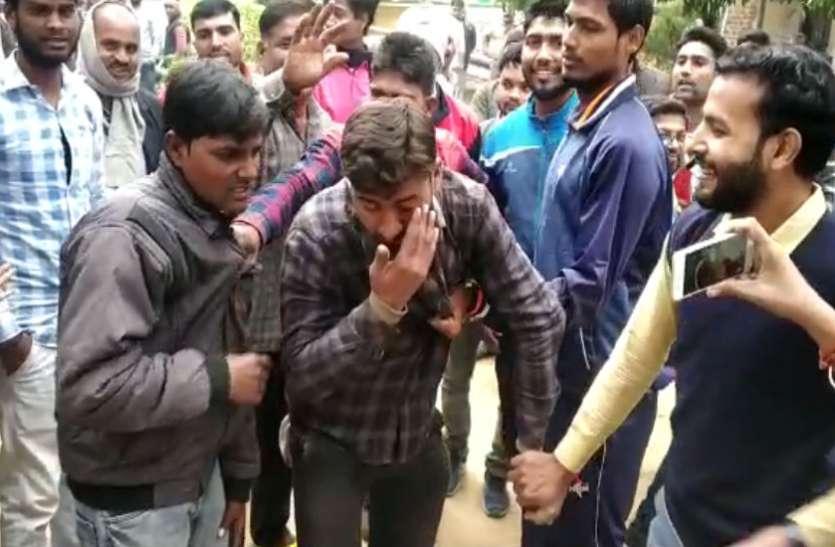 मोबाइल चोरी कर भाग रहे चोरों को भीड़ ने पकड़कर सिखाया सबक, देखें वीडियो