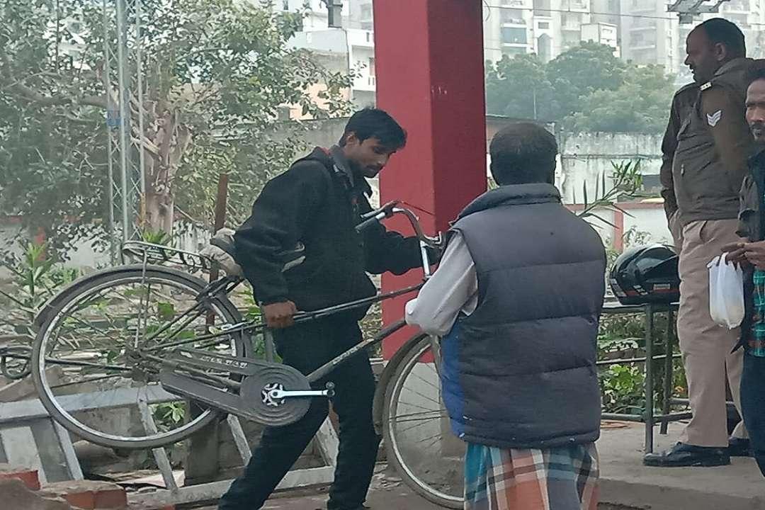 बंद फाटक को पार करता साइकिल सवार