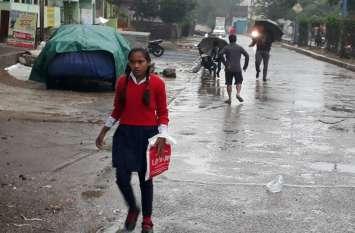 बारिश से बढ़ी ठंड, दोपहर बाद घरों से बाहर निकले लोग