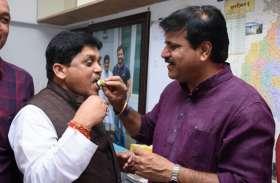 रायपुर नगर निगम: शुरुआती दौर में पिछड़ने के बाद कांग्रेस के प्रमोद दुबे जीते, BJP के संजय श्रीवास्तव हारे