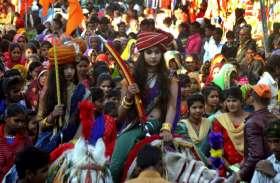 महाराजा और कुलदेवी की झांकी सजा समाज ने निकाली शोभायात्रा