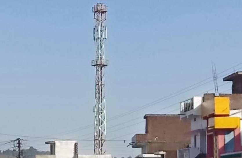 रहवासियों ने बस्ती के बीच में टॉवर बनाने का किया विरोध, बिना अनुमति के लगाया जा रहा टॉवर