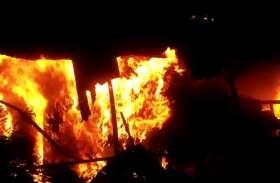 Meerut: बिजली के गोदाम में लगी भीषण आग, विस्फोट के साथ फूटे उपकरण, देखें वीडियो