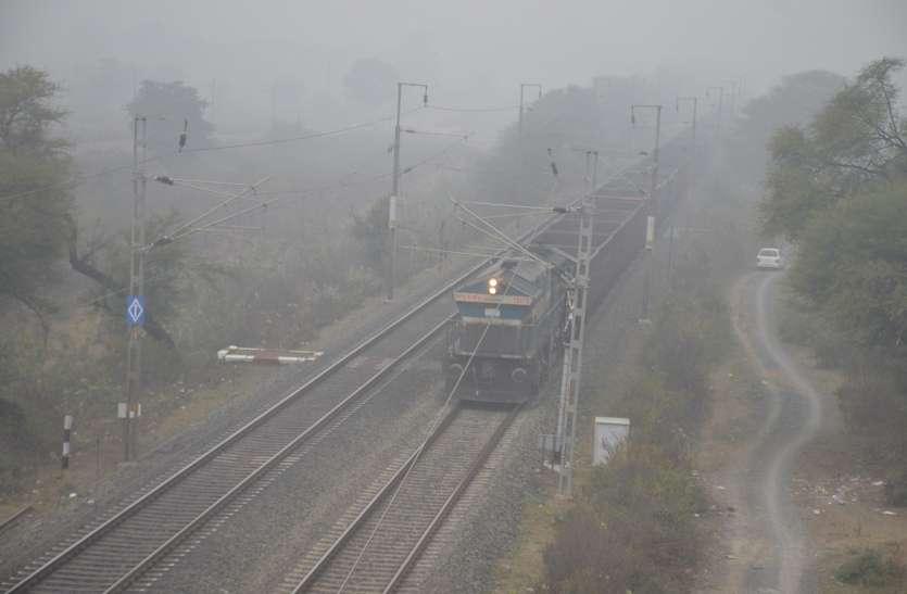 कोहरे का असर दिल्ली से चलने वाली अधिकांश ट्रेने चल रही लेट