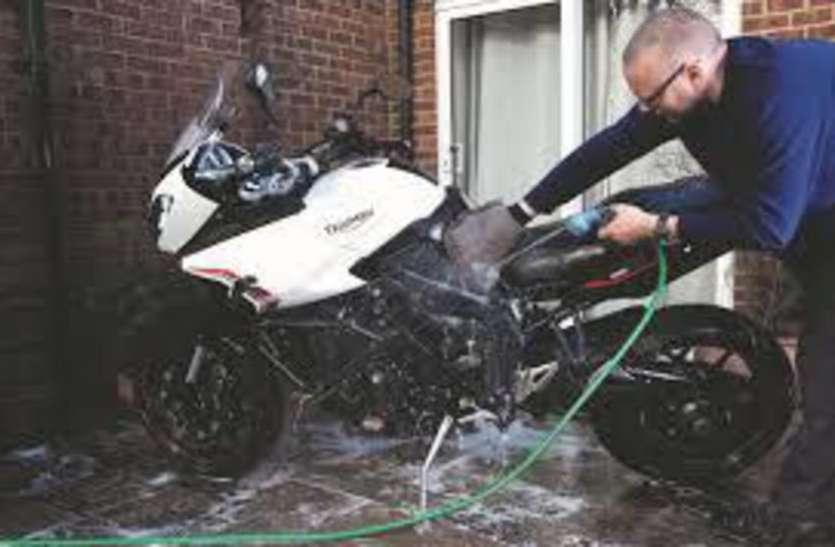 धोने से खराब हो जाता है बाइक का पेंट, इन बातों का रखें ख्याल हमेशा रहेगी नई